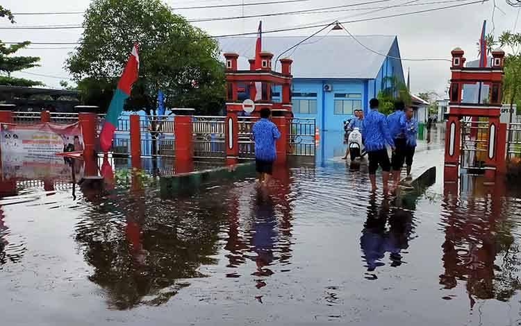 Kantor Disdikcapil terendam banjir, membuat pelayanan terhenti sementara, Senin, 17 Februari 2020.