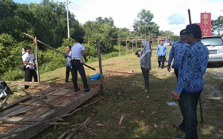 Tim gabugnan Pemko Palangka Raya membongkar bangunan di kawasan Yos Sudarso ujung