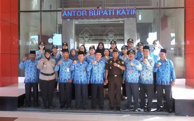 Bupati Sakariyas foto bersama sejumlah pejabat usai menghadiri apel gabungan ASN.