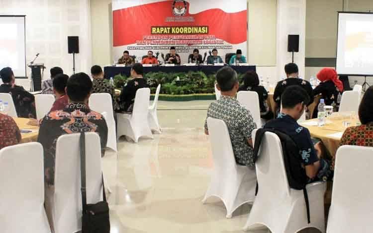 Rapat koordinasi pemuktahiran data pemilih dan penyediaan kebutuhan logistik yang diselenggarakan Komisi Pemilihan Umum atau KPU Provinsi Kalimantan Tengah
