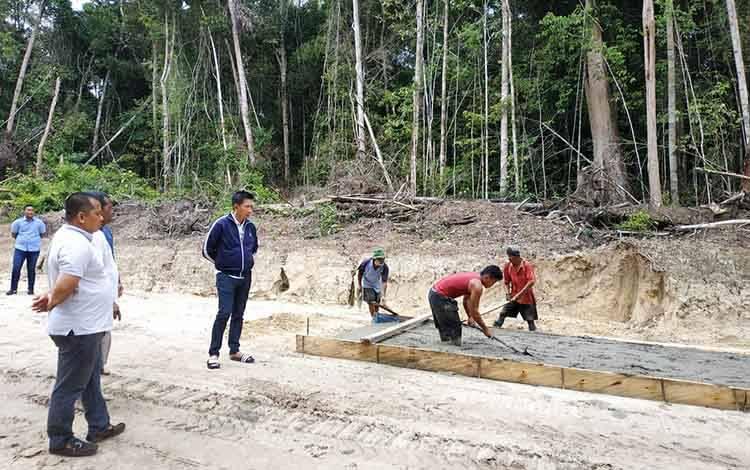 Bupati Barito Utara, Nadalsyah meninjau pengerjaan rigit beton jalan tembus Lemo - Simpang Batapah