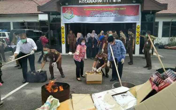 Ketua DPRD Kotim, Rinie A Gagah saat mengikut pemusnahan barang bukti narkoba