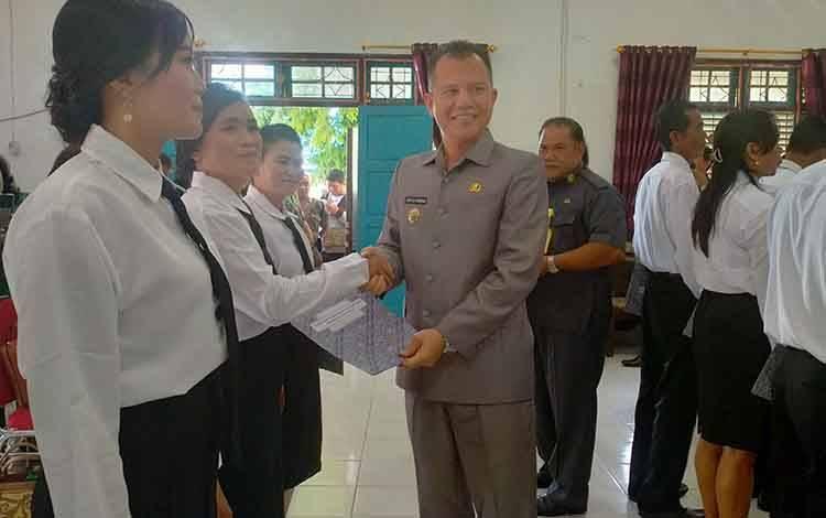 Bupati Gunung Mas Jaya S Monong saat menyerahkan SK BPD. Ia juga mengajak masyarakat ikut mensukseskan Sensus Penduduk 2020