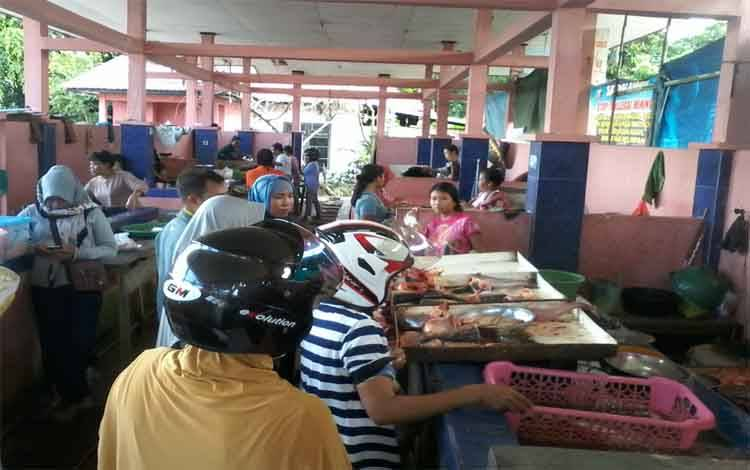 Suasana Pasar Hurung Kasongan khusus menjual ikan sungai dan sayur, Senin, 17 Februari 2020