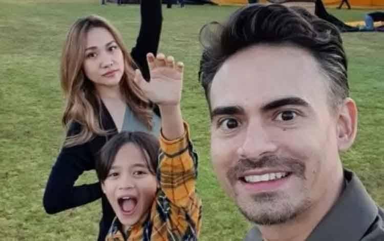 Almarhum aktor Ashraf Sinclair semasa hidupnya bersama dengan istrinya Bunga Citra Lestari. (Instagram/Ashrafsinclair)