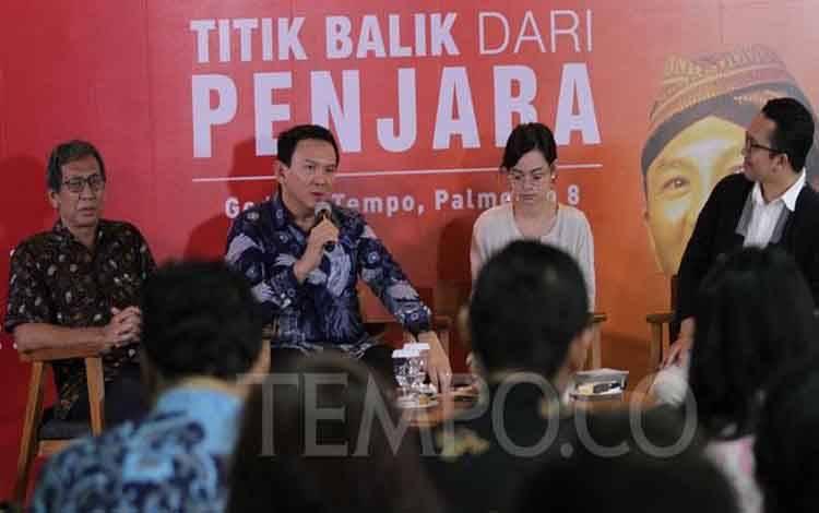 Basuki Tjahaja Purnama (Ahok) memberikan keterangan saat menghadiri peluncuran bukunya dalam acara ngobrol@Tempo di kantor Redaksi Tempo, Palmerah, Jakarta, 17 Februari 2020