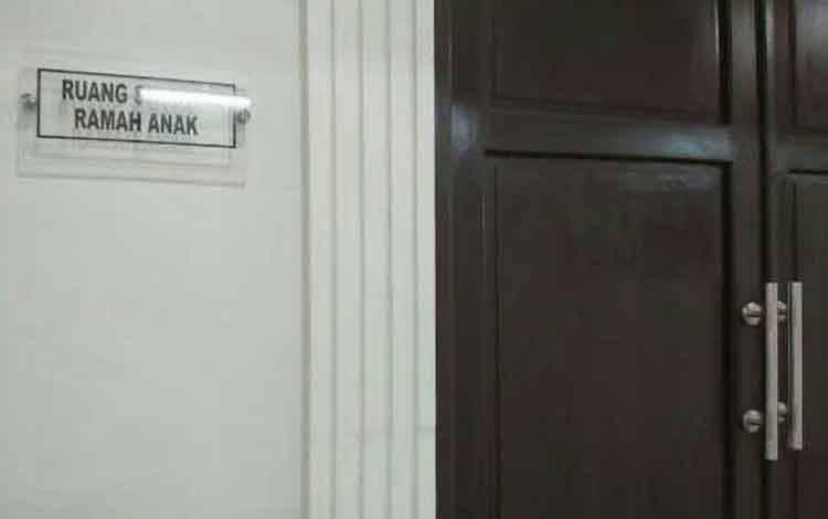 Depan ruang sidang perkara anak di Pengadilan Negeri Sampit