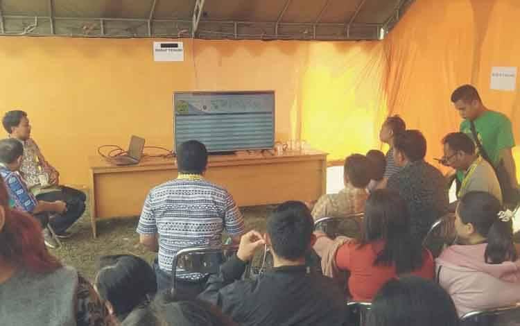 Pengunjung saat menyaksikan tampilan layar LED yang memuat hasil tes SKD di luar gedung Diklat BKPSDM Lamandau