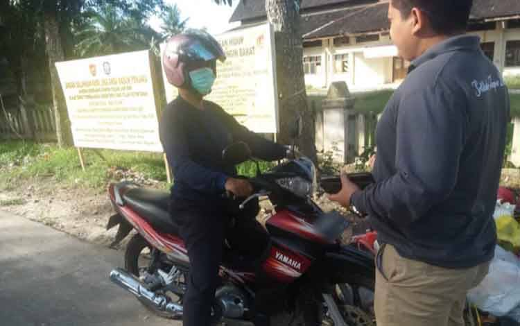 Lurah Madurejo Sigit Imam Mulia sedang menegur warga yang buang sampah di pinggir jalan.