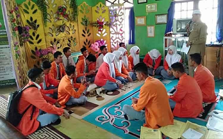 KUA Kapuas Murung saat terima kunjungan sejumlah siswa dari SMA Negeri 1 Kapuas Murung untuk pelajari pelayanan publik