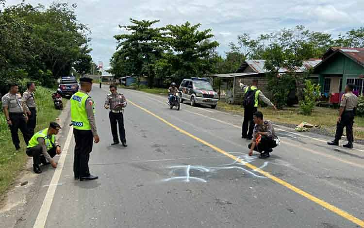 Personel Satlantas Polres Kapuas saat olah TKP kecelakaan maut sepeda motor di Jalan Trans Kalimantan KM 12, Desa Anjir Serapat Tengah, Selasa, 18 Februari 2020.