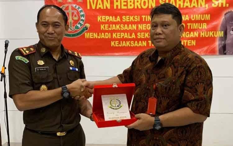 Kepala Kejaksaan Negeri Barito Timur, Roy Rovalino Herudiansyah memberikan cinderamata kepada Ivan Hebron Siahaan.