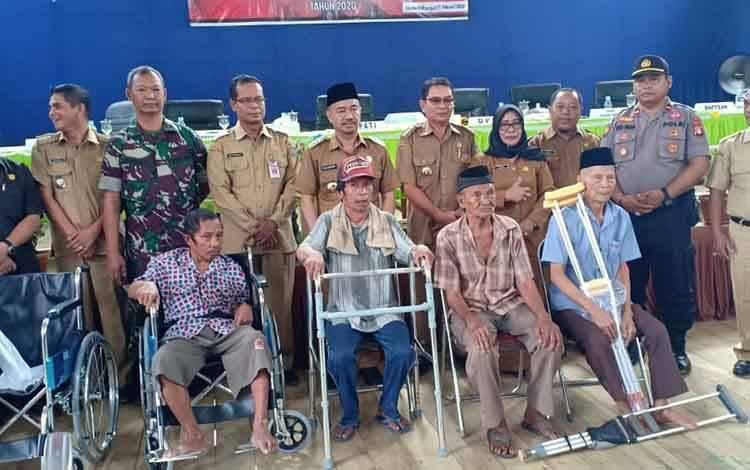 Bupati Seruyan Yulhaidir foto bersama usai menyerahkan sejumlah alat bantu untuk warga Seruyan Hulu dan Suling Tambun