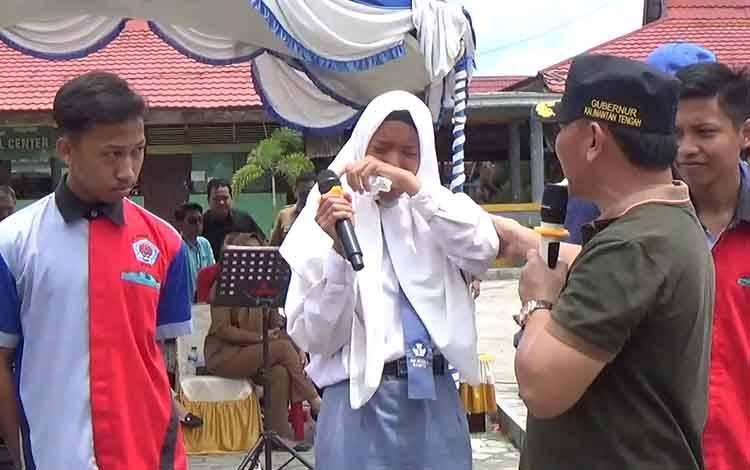 Seorang siswi menangis saat curhat dengan Gubernur Kalteng Sugianto Sabran, Selasa, 18 Februari 2020. Ia mengaku harus jadi asisten rumah tangga atau pembantu demi membiayai sekolahnya.
