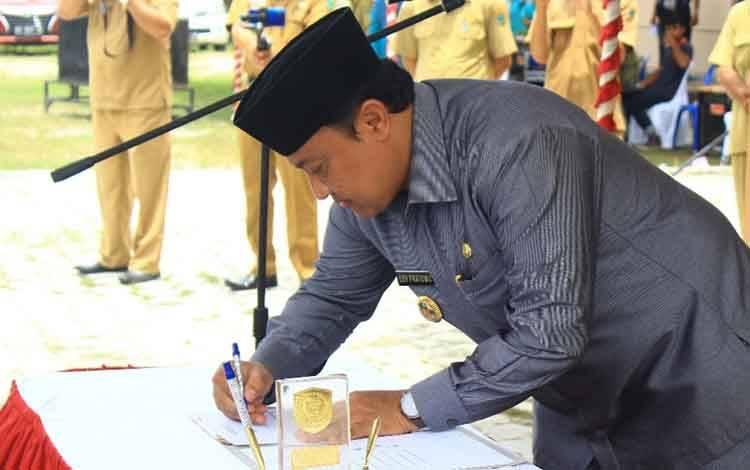 Bupati Pulang Pisau Edy Pratowo saat menandatangani peresmian anggota BPD.