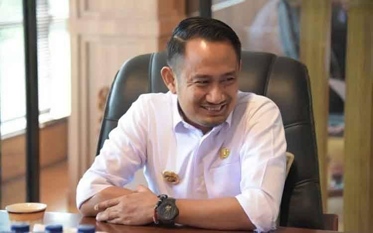 Wali Kota Palangka Raya, Fairid Naparin.