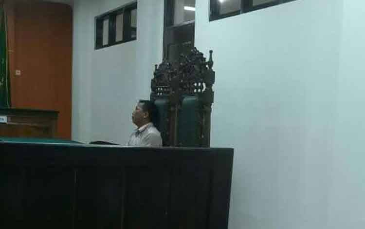 Abdul Hamid terdakwa kasus migas saat di Pengadilan Negeri Sampit.