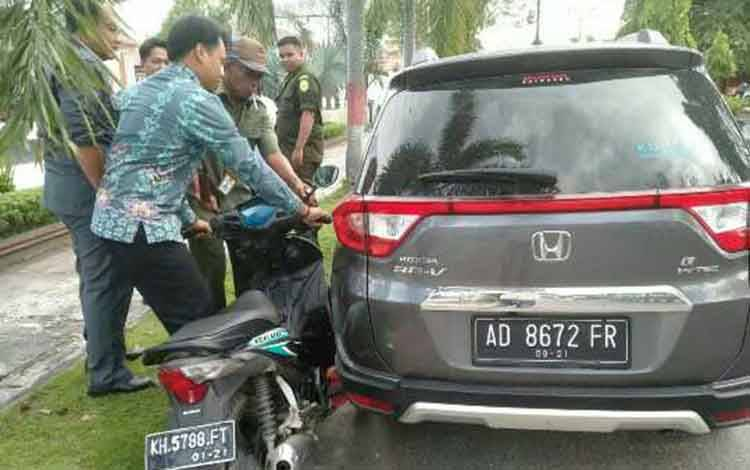 Pelajar SMP menyeruduk mobil milik hakim Pengadilan Negeri Sampit.