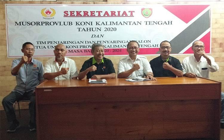 Mayjend TNI (Purn) Heru Suryono (tiga dari kanan) didampingi tim penjaringan dan penyaringan menyampaikan ke awak media soal nama yang memenuhi syarat calon Ketua KONI Kalteng.