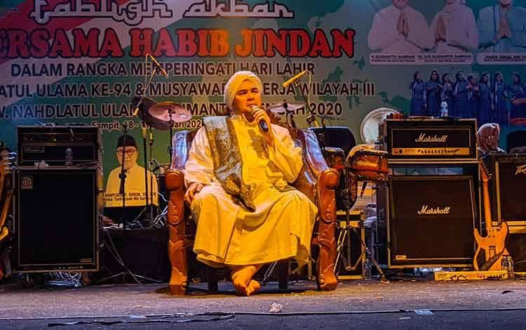 Habib Jindan bin Novel bin Salim bin Jindan saat menyampaikan ceramah kepada umat muslim Sampit. Dirinya berpesan agar menjadi orang yang penyayang, maka Allah akan menyayangi diri kita, Selasa, 18 Februari 2020.