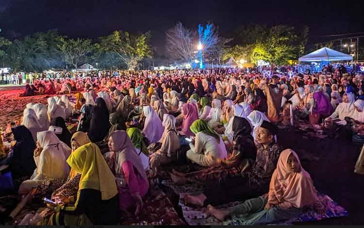 Umat muslim Sampit memenuhi lapangan mini Stadion 29 November Sampit, untuk mendengarkan ceramah Habib Jindan. Dirinya meminta agar umat muslim jangan saling mendengki hanya karena duniawi, Selasa, 18 Februari 2020.