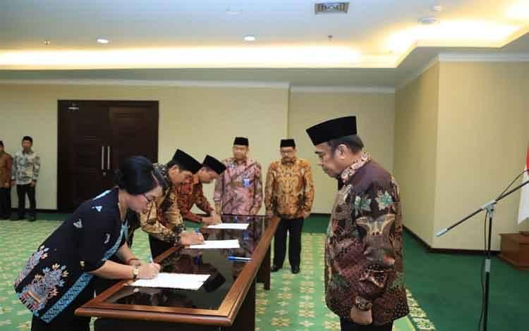 Menteri Agama, Fachrul Razi melantik Rektor IAKN Palangka Raya, Telhalia di Jakarta, Senin 17 Februari 2020