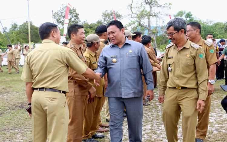 Bupati Pulang Pisau, Edy Pratowo meminta aparat kecamatan terus menjaga sinergitas dengan semua pihak, Rabu 19 Febuari 2020