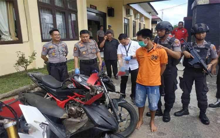 Tersangka pencuri sepeda motor, Iwil Prianto dan barang bukti hasil pencuarin yang berhasil diungkap jajaran Polres Seruyan