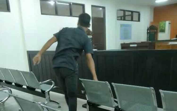 Randy Prasetyo terdakwa kasus UU ITE saat di Pengadilan Negeri Sampit.