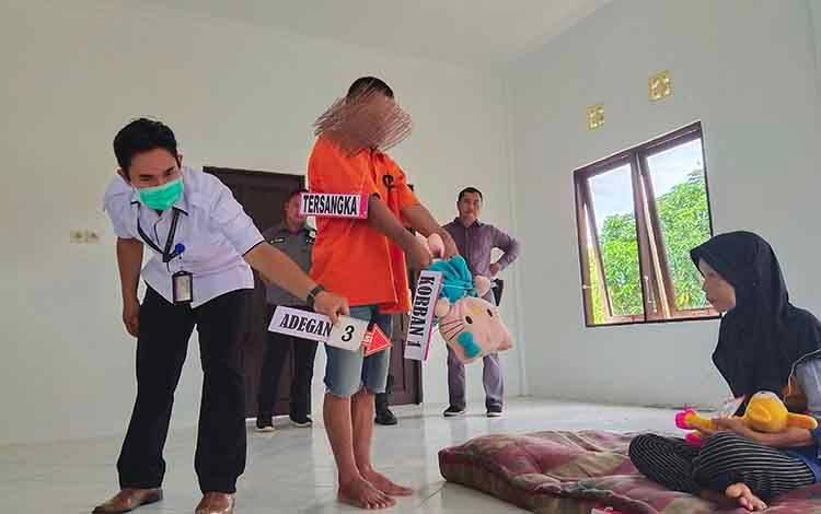 Rekontruksi kasus pembunuhan dan pencabulan anak kandung di Kecamatan Laung Tuhup terdapat 50 adegan, Rabu, 19 Februari 2020