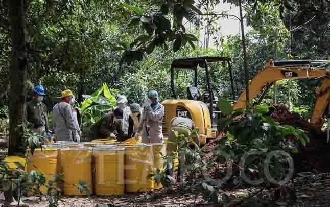 Petugas Badan Tenaga Nuklir Nasional (Batan) dan Bada Pengawas Tenaga Nuklir (Bapeten) melakukan dekontaminasi terhadap tanah yang terpapar radiasi radioaktif di Perumahan Batan Indah, Serpong, Tangerang Selatan, Banten, Selasa, 18 Februari 2020. (foto : TEMPO)