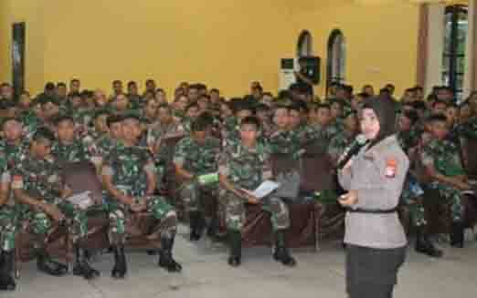 AKBP Siti Fauziah menyampaikan materi kepada personel baru Korem Panju Panjung, Rabu, 19 Februari 2020.