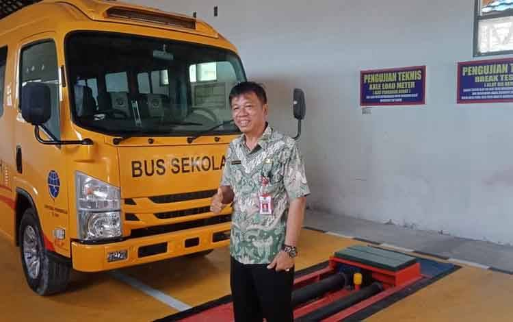 Kepala Dishub Barsel, Daud Danda menunjukan bus sekolah bantun kementerian.