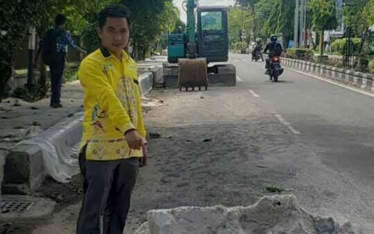 Anggota DPRD Kotim, Riskon Fabiansyah saat mengecek proyek drainase.