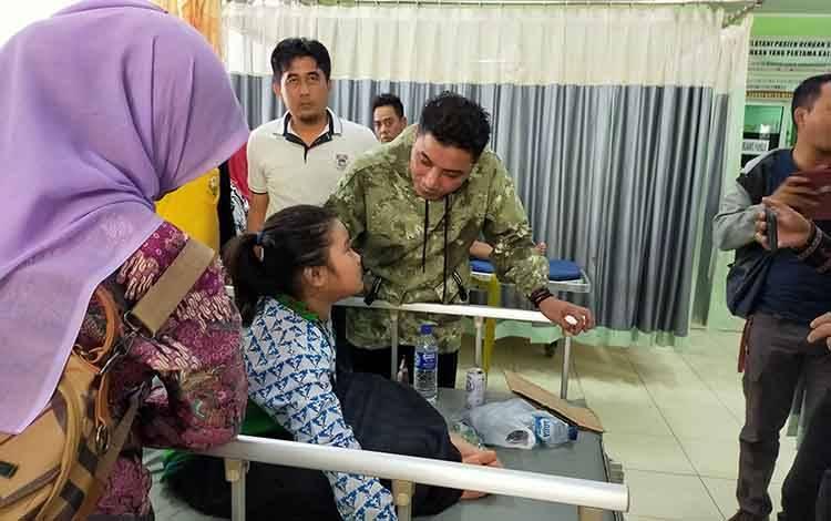 Bupati Kotim Supian Hadi saat menjenguk pasien korban keracunan massal di RSUD dr Murjani Sampit, Kamis, 20 Februari 2020.