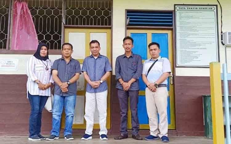 Plt Kepala Dinas Pendidikan, Syahmiludin A Surapati (tengah) beserta jajarannya saat melaksanakan peninjauan sekolah beberapa waktu lalu.