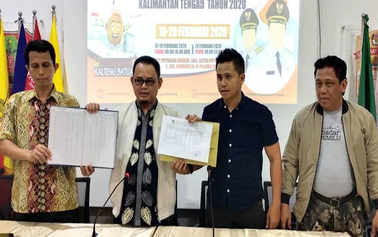 Ketua KPU Provinsi Kalimantan Tengah Harmain Ibrohim (dua kiri)