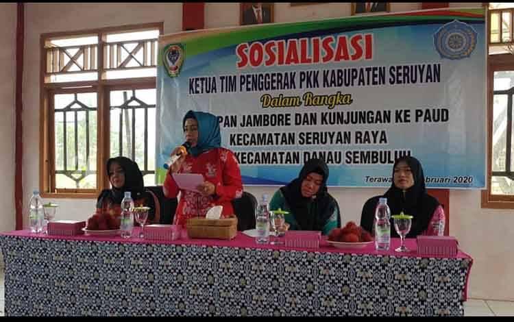 Ketua TP PKK Seruyan Fauziah Yulhaidir saat memberi arahan pada kegiatan sosialisasi program PKK di Kecamatan Seruyan Raya.
