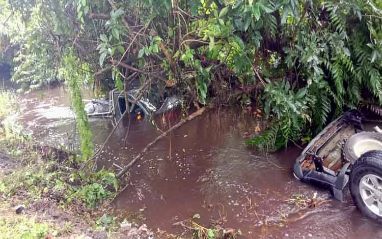 Dua mobil tercebur ke parit di Desa Sakakajang, Kecamatan Jabiren Raya Kabupaten Pulang Pisau. Kecelakaan ini menewaskan Richard Emanuel (35) mantan tenaga kontrak di Disbudpar Provinsi Kalteng, Jumat 21 Febuari 2020 sekitar pukul 17.00 WIB