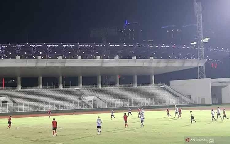 Tim nasional Indonesia (berseragam merah) bertanding melawan Persita Tangerang dalam laga persahabatan di Stadion Madya Gelora Bung Karno, Jakarta, Jumat (21/2/2020). Pertandingan itu berakhir dengan skor 1-4 untuk kemenangan Persita. (Michael Siahaan)