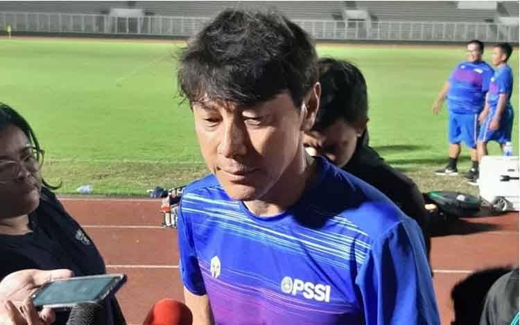 Manajer pelatih tim nasional Indonesia Shin Tae-Yong memberikan keterangan mengenai perkembangan skuatnya selama pemusatan latihan untuk Kualifikasi Piala Dunia 2022 zona Asia di Stadion Madya Gelora Bung Karno, Jakarta, Jumat (21/2/2020). (Michael Siahaan)
