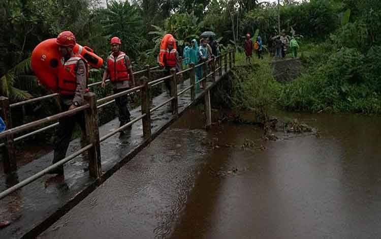Petugas melakukan penyisiran untuk mencari sejumlah siswa SMPN 1 Turi yang tenggelam di Kali Sempor, Turi, Sleman, D.I Yogyakarta, Jumat, 21 Februari 2020. Petugas gabungan berhasil mengevakuasi 5 korban meninggal