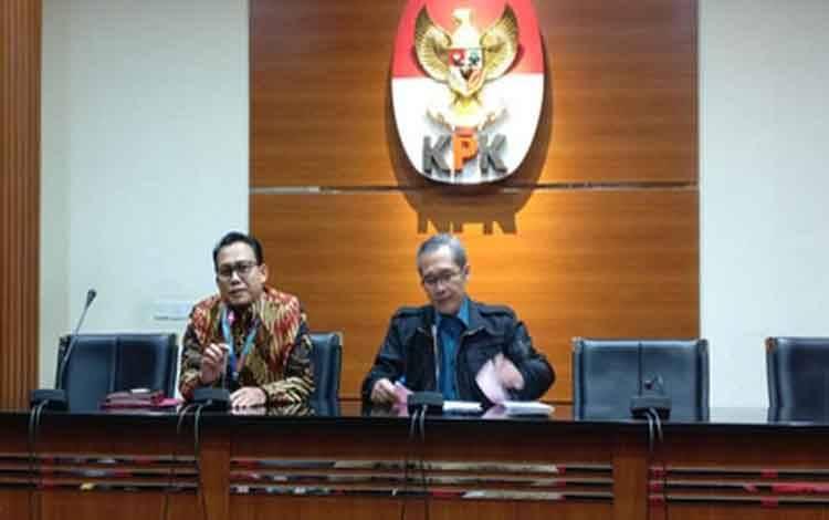 Wakil Ketua Komisi Pemberantasan Korupsi (KPK) Alexander Marwata dan Pelaksana Tugas Juru Bicara Ali Fikri memimpin konferensi pers pada Jumat, 21 Februari 2020
