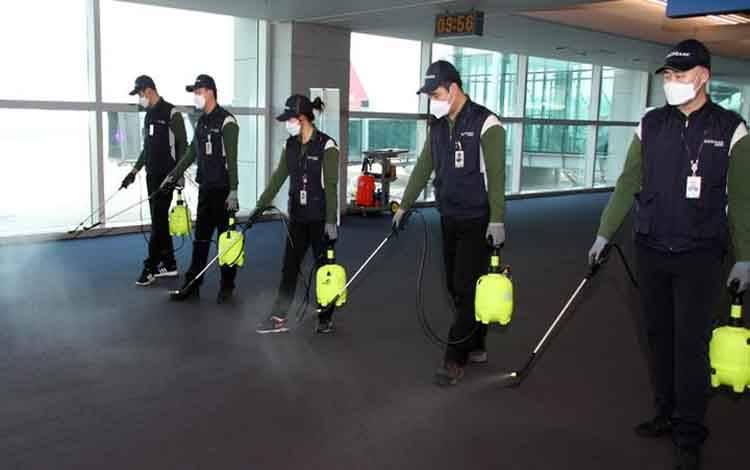Karyawan dari perusahaan layanan desinfeksi membersihkan lantai Bandara Internasional Incheon guna antisipasi atas penyebaran virus Corona di Incheon, Korea Selatan, 24 Januari 2020