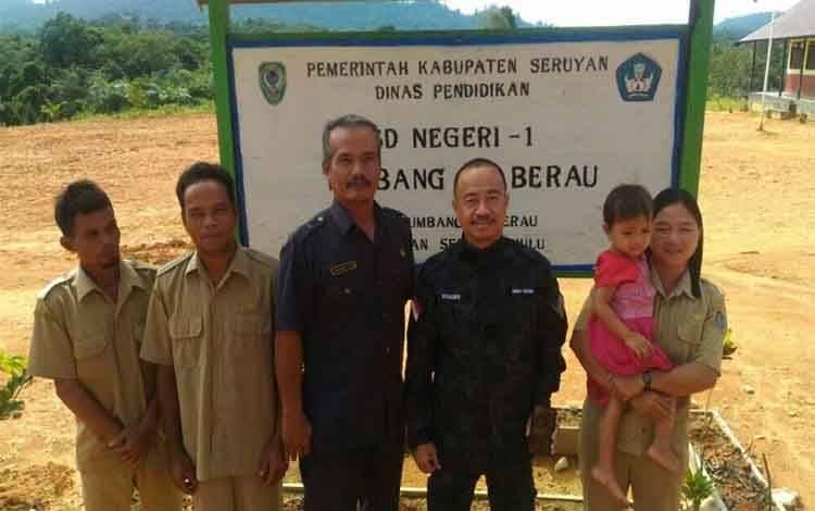 Bupati Seruyan, Yulhaidir foto bersama guru SDN I Tumbang Taberau saat melakukan kunjungan kerja