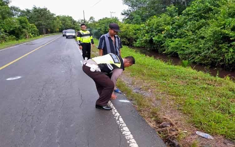 Anggota Satlantas Polres Pulang Pisau melakukan olah TKP kecelakaan di Desa Sakakajang, Kecamatan Jabiren Raya yang menewaskan Richard Emanuel (35), mantan tenaga kontrak Disbudpar Provinsi Kalteng, Jumat 21 Febuari 2020 sore