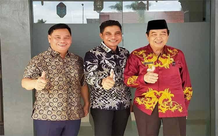 Bupati Kotim Supian Hadi berfoto bersama Wakil Bupati Taufiq Mukri dan Sekda Halikinnor
