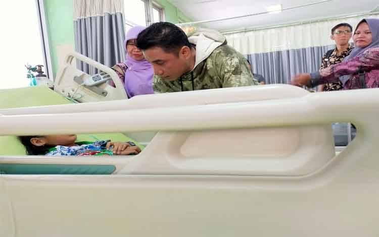 Bupati Kotim Supian Hadi saat membesuk pasien sakit di ruang IGD RSUD dr Murjani Sampit. Saat ini pemerintah butuh dana Rp 100 miliar untuk membangun ruang IGD yang baru, Sabtu, 22 Februari 2020