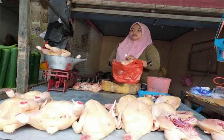 Penjual ayam di Pasar Keramat Sampit saat ini mengalami kenaikan hingga Rp 42 ribu per kilo gram, Sabtu, 22 Februari 2020