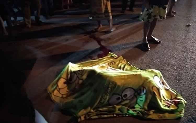 Seorang IRT Rusmalia (41) tewas tertabrak motor, saat menyebrabg Jalan Sukma Aria Ningrat, Kelurahan Baru, Kecamatan Arsel